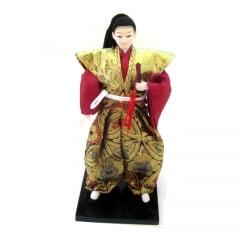Boneco Japonês Samurai com Com Kimono Vinho, Dourado e com detalhes Florais - 30 cm